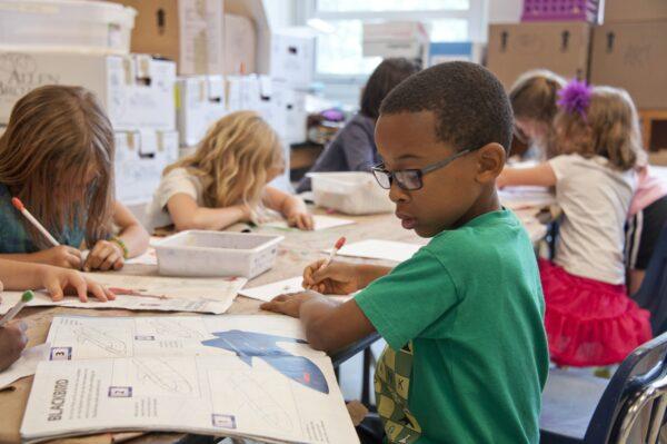 Jak ubrać dziecko do szkoły? Praktyczne porady